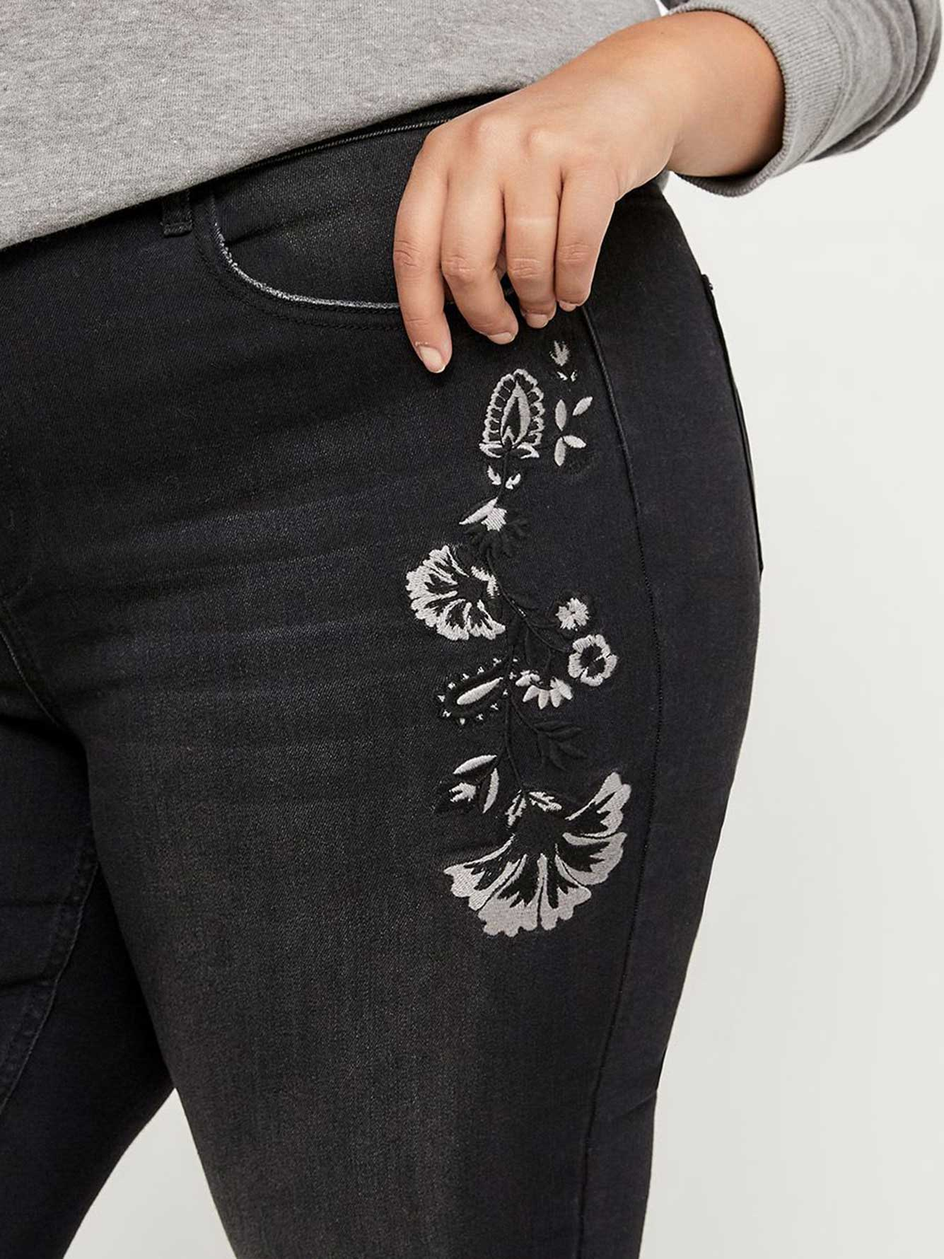 Petite Slightly Curvy Skinny Leg Jean with Embroidery - d/C JEANS